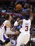 Chris Paul orquestó una nueva victoria de los Clippers con un récord de 16 asistencias en una noche de miércoles en la que manejó los hilos para que su equipo se impusiera 99-93 a los Mavericks de Dallas. En la imagen, de 9 de enero, el base de Dallas Darren Collison en una jugada con Chris Paul de los Clippers. REUTERS/Alex Gallardo