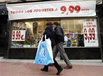 La confianza empresarial en España empeoró en el cuarto trimestre del año en un clima de larga y profunda recesión económica, según datos publicados el jueves por el Instituto Nacional de Estadística (INE). En la imagen, dos personas pasan frente a una tienda de juguetes en oferta en Madrid, el 17 de diciembre de 2012. REUTERS/Andrea Comas