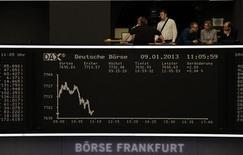 Las bolsas europeas registraban unas modestas ganancias el jueves en la apertura después de las señales de una mejora de las condiciones económicas en China. En la imagen, un balcón sobre el tablero que muestra el índice DAX en la Bolsa de Fráncfort, el 9 de enero de 2013. REUTERS/Remote/Lizza David