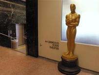 """Si los estadounidenses pudieran elegir, el drama presidencial """"Lincoln"""" o el musical """"Los Miserables"""" ganarían el Oscar a la mejor película el próximo mes, mientras que Anne Hathaway y Daniel Day-Lewis se llevarían las estatuillas a mejores actores, según una encuesta de Reuters/Ipsos publicada el miércoles. En la imagen, una gran estatua de un Oscar en el Centro Pickford de la Academia el 10 de septiembre de 2012. REUTERS/Fred Prouser"""