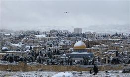 La peor tormenta de nieve en 20 años interrumpieron el jueves el transporte público, las carreteras y los colegios en Jerusalén y la región del norte del país, que hace frontera con Líbano. En la imagen, vista general de Jerusalén nevado el 10 de enero de 2013. REUTERS/Ammar Awad