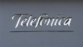 La Comisión Nacional de la Competencia (CNC) abrió el jueves un expediente sancionador contra Telefónica Móviles por una posible conducta anticompetitiva en las condiciones de permanencia de sus clientes empresariales. En la imagen, el logo de Telefónica en un edificio en Madrid el 3 de diciembre de 2012. REUTERS/Andrea Comas