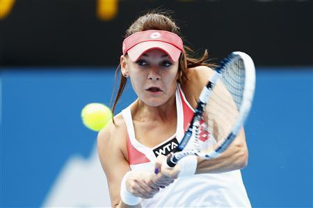 Agnieska Radwanska of Poland hits a return to Li Na of China during their women's singles semi-final match at the Sydney International tennis tournament January 10, 2013. REUTERS/Daniel Munoz