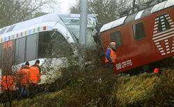 Polizia controlla treni dopo collisione a nord della Svizzera. Neuhausen am Rheinfall, 10 gennaio 2013. REUTERS/Arnd Wiegmann