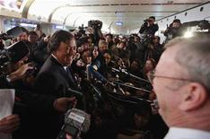 El ex gobernador de Nuevo México Bill Richardson y el presidente ejecutivo de Google, Eric Schmidt, no consiguieron la liberación de un ciudadano coreano-estadounidense detenido en Corea del Norte durante una polémica visita al aislado Estado que acabó el jueves. Imagen de Richardson (izq.) y Schmidt (en primer plano, a la derecha), hablando con la prensa al llegar al aeropuerto internacional de Pekín el 10 de enero al finalizar su visita a Corea del Norte. REUTERS/Petar Kujundzic
