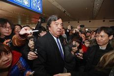 Ex-governador do Novo México Bill Richarson fala com a mídia durante breve coletiva de imprensa na sua chegada da Coreia do Norte ao aeroporto de Pequim. 10/01/2013 REUTERS/Petar Kujundzic