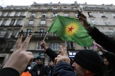 Membres de la communauté kurde devant le Centre d'information du Kurdistan, à Paris, où les corps de trois activistes kurdes d'origine turque ont été retrouvés dans la nuit de mercredi à jeudi. Des responsables de la communauté relient ces assassinats à la relance du processus de paix entre Ankara et les Kurdes. /Photo prise le 10 janvier 2013/REUTERS/Christian Hartmann