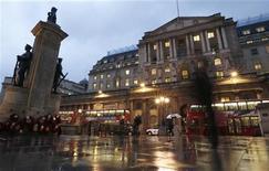 Здание Банка Англии в Лондоне 26 ноября 2012 года. Банк Англии в четверг, как и ожидалось, не стал вводить новые стимулирующие меры, проголосовав против расширения скупки гособлигаций. REUTERS/Olivia Harris