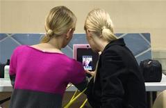 Las autoridades han de hacer más para impulsar la falta de acceso de mujeres y niñas a Internet, dijo el gigante tecnológico Intel en un estudio que se publicará el jueves y que apela a duplicar el número de usuarias online en los países en desarrollo en los próximos tres años. En esta imagen de archivo, dos modelos juegan con un iPad antes del desfile del diseñador surcoreano Lie Sang Bong de primavera/verano 2013 en la feria pret-a-porter de la semana de la moda de París, el 3 de octubre de 2012. REUTERS/Gonzalo Fuentes