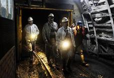 Рабочие в угольной шахте в турецком городе Зонгулдак 10 мая 2010 года. Турция намерена повысить потребление собственного угля, чтобы сократить зависимость от поставок газа из России и Ирана. REUTERS/ Osman Orsal