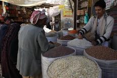 Мужчина покупает крупу на рынке Сук аль-Мельх в Сане 16 октября 2012 года. Цены на продукты питания останутся высокими в 2013 году, но ситуация на рынке, вероятно, будет спокойнее, чем в 2012 году, когда резкий рост цен вызвал опасность нового продовольственного кризиса, считает старший экономист продовольственного агентства ООН. REUTERS/Mohamed al-Sayaghi