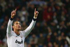 Cristiano Ronaldo ha pedido a los aficionados del Real Madrid que dejen de criticar a José Mourinho y apoyen al equipo tras un par de partidos flojos en casa en los que el entrenador recibió los silbidos de parte de los aficionados en el Santiago Bernabéu. En la imagen, el jugador del Real Madrid Cristiano Ronaldo celebra un gol durante el partido de Copa del Rey contra el Celta de Vigo en el Santiago Bernabéu de Madrid, el 9 de enero de 2013. REUTERS/Juan Medina