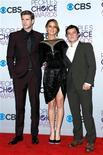 """La película posapocalíptica de acción """"Los juegos del hambre"""" fue la gran ganadora de los People's Choice Awards el jueves, llevándose el premio a la Película Favorita del año y otros cuatro galardones, mientras que la cantante Katy Perry volvió a liderar las categorías de música. En las imagenes, Liam Hemsworth (a la izquierda), Jennifer Lawrence y Josh Hutcherson, de """"Los Juegos del Hambre"""", posan tras ganar el premio a la Química en Escena Favorita y Franquicia de Cine Favorita, entre bambalinas de los premios People's Choice 2013 en Los Ángeles, el 9 de enero de 2013. REUTERS/Danny Moloshok"""