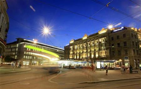 Trams drive past the offices of Swiss banks UBS (L) and Credit Suisse at Paradeplatz square in Zurich August 10, 2012. REUTERS/Arnd Wiegmann (SWITZERLAND - Tags: BUSINESS CITYSPACE)