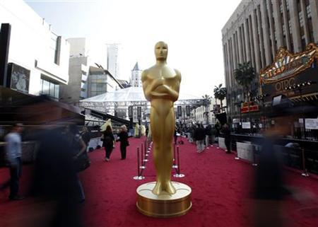 An Oscar statue is pictured on the red carpet arrival area during preparations for the 84th Academy Awards in Hollywood, California February 25, 2012. REUTERS/Mario Anzuoni/Files