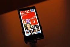 El negocio de móviles de Nokia logró una rentabilidad latente en el último trimestre del año pasado, por delante de su previsión anterior, impulsado por fuertes ventas de su nuevo teléfono inteligente Lumia. En la imagen, un Nokia Lumia 920 en su presentación en San Francisco, California, el 29 de octubre de 2012. REUTERS/Robert Galbraith