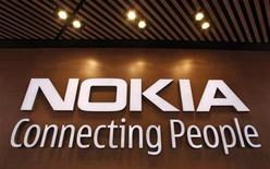 Foto de archivo del logo de Nokia en su tienda insigne de Helsinki, sep 29 2010. El fabricante de teléfonos móviles Nokia dijo que sus resultados del cuarto trimestre fueron mejores a lo esperado y que logró una rentabilidad subyacente. REUTERS/Bob Strong