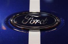 Ford Motor a annoncé jeudi le doublement de son dividende du premier trimestre pour le porter à dix cents, un plus haut de sept ans, malgré la baisse du titre et les faiblesses de son activité en Europe. /Photo d'archives/REUTERS/Ina Fassbender