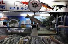 Foto de archivo de un vendedor en una pescadería en el mercado municipal de Sao Paulo, feb 4 2012. La inflación en Brasil fue en diciembre mayor a la esperada por el sector de alimentos y artículos personales, al tiempo que el jefe del banco central advirtió que en el corto plazo seguirá habiendo presiones de precios. REUTERS/Nacho Doce