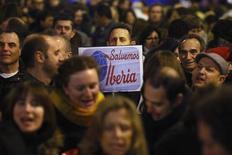 Los representantes sindicales de los más de 20.000 empleados de Iberia pospusieron el jueves la decisión de convocar a nuevas movilizaciones contra el plan de ajuste de la aerolínea española, y presentarán una contraoferta a la compañía. Imagen de una concentración de trabajadores ante la sede de Iberia en Madrid el 27 de diciembre. REUTERS/Susana Vera