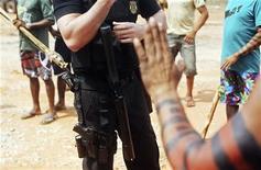 Policial Federal conversa com indígenas do Amazonas que ocupam o local da hidrelétrica de Belo Monte em protesto contra sua construção, no Pará, em outubro de 2012. As obras da usina hidrelétrica Belo Monte, no Pará, estão totalmente normalizadas depois que a Norte Energia, empresa responsável pelo empreendimento, fez um acordo com indígenas que bloqueavam o acesso de trabalhadores a um dos canteiros. 12/10/2012 REUTERS/Lunae Parracho