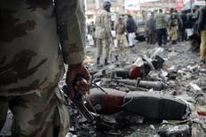 Un soldado paramilitar monta una guardia en el sitio donde explotó una bomba en Quetta, ene 10 2013. Potentes explosiones en dos ciudades de Pakistán dejaron al menos 32 muertos y 100 heridos, informaron el jueves autoridades policiales y hospitalarias. REUTERS/Naseer Ahmed