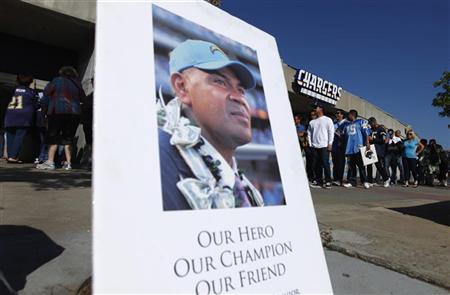 A picture of former San Diego Chargers and NFL linebacker Junior Seau is displayed as fans (rear) arrive at Qualcomm Stadium to participate in a ''Celebration of Life'' memorial, held in Seau's memory in San Diego, California May 11, 2012. REUTERS/Mike Blake