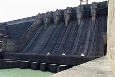 Vista da hidrelétrica de Itumbiara com as barragens fechadas enquanto a instalação funciona a apenas 9 por cento de sua capacidade devido aos baixos níveis de água, na cidade de Itumbiara. As chuvas esperadas para os próximos dias indicam que o mês de janeiro poderá terminar com precipitações acima da média em algumas áreas que abastecem importantes hidrelétricas brasileiras, mas o elevado volume de água ainda não será suficiente para reverter a crise gerada pelas baixas precipitações da primavera. 9/01/2013 REUTERS/Ueslei Marcelino