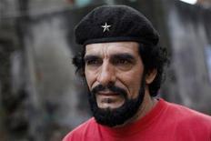 """Sósia do herói revolucionário latino-americano Ernesto """"Che"""" Guevara, Humberto López, tem sido durante anos uma visão familiar pelas ruas da Venezuela. López angaria apoio para seu outro herói socialista, o presidente Hugo Chávez. 08/01/2013 REUTERS/Carlos Garcia Rawlins"""