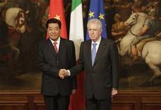 Il premier Mario Monti e il presidente della Conferenza consultiva politica del popolo cinese, Jia Qinglin, si stringono la mano a Palazzo Chigi. REUTERS/Tony Gentile