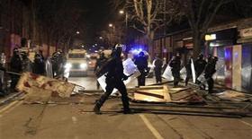 Un grupo de policías despejan una serie de escombros dejados por manifestantes en Belfast, ene 8 2013. El peor período de violencia en Irlanda del Norte desde una paz firmada en 1998 tras tres décadas de conflicto subrayó la fragilidad de ese acuerdo y desencadenó temores de que la provincia no pueda dejar atrás su pasado sangriento. REUTERS/Cathal McNaughton