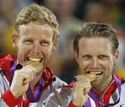 Medalhistas de ouro nos Jogos Olímpicos de Londres, os alemãos Julius Brink (D) e Jonas Reckermann (E) posam para fotos em agosto de 2012. Reckermann se aposentou do esporte nesta quinta-feira devido a uma lesão nas costas, cinco meses depois de seu maior sucesso esportivo em Londres. 09/08/2012 REUTERS/Marcelo Del Pozo