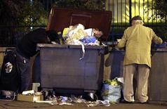 Hasta el 50 por ciento de toda la comida producida en el mundo acaba tirándose debido a métodos deficientes de recolección, almacenamiento y transporte, así como por un comportamiento irresponsable de consumidores y minoristas, dijo un informe conocido el jueves. En la imagen de archivo, dos hombres buscan en la basura en Niza, Francia, el pasado 10 de diciembre. REUTERS/Eric Gaillard