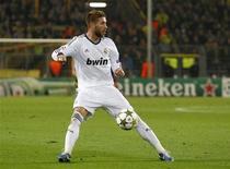 Le défenseur central du Real Madrid Sergio Ramos a été suspendu jeudi pour cinq matches pour avoir été expulsé et avoir insulté plusieurs arbitres la veille lors d'un huitième de finale de Coupe du Roi. /Photo d'archives/REUTERS/Lisi Niesner
