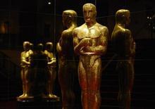"""Estátua do Oscar é vista na sede da Academia de Artes e Ciências Cinematográficas de Hollywood em Beverly Hills, na California. Se os norte-americanos pudessem decidir, o drama presidencial """"Lincoln"""" ou o musical """"Os Miseráveis"""" ganharia o Oscar de melhor filme no próximo mês, enquanto Anne Hathaway e Daniel Day-Lewis levariam para casa os prêmios mais importantes da indústria do cinema, de acordo com uma pesquisa Reuters/Ipsos divulgada na quarta-feira. 10/01/2013 REUTERS/Phil McCarten"""