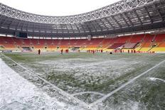 El Rubin Kazán recibirá el mes que viene al actual campeón de la Liga Europa, el Atlético de Madrid, en los dieciseisavos de final de la competición en el estadio Luzhniki de Moscú, dadas las condiciones meteorológicas extremadamente frías en la región del Volga en esa época. En la imagen de archivo, los jugadores del Olympiacos entrenan en el estadio Luzhniki antes de su partido de Liga Europa contra el Rubin Kazán a unos 20 grados bajo cero. REUTERS/Sergei Karpukhin