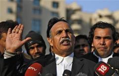 O advogado do suposto líder de gangue Ram Singh, V.K. Anand, fala com a mídia no exterior de um tribunal distrital em Nova Délhi, Índia. 10/01/2013 REUTERS/Adnan Abidi