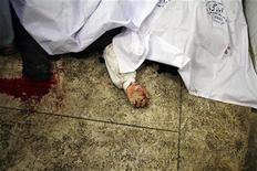 Dos explosiones dejaron al menos 56 personas muertas en la ciudad paquistaní de Quetta en la tarde del jueves, dijo un responsable de la policía, horas después de que la detonación una bomba en un mercado del lugar produjo 11 fallecidos. En la imagen, una mano de un cadáver tapado por una sábana en una morgue tras la segunda explosión en Quetta, el 10 de enero de 2011. REUTERS/Naseer Ahmed