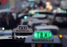 Des milliers de chauffeurs de taxi en grève ont manifesté jeudi un peu partout en France pour protester contre une modification de la loi sur le transport des malades, qui risque, selon eux, de mettre leur métier en péril, surtout en province. /Photo d'archives/REUTERS/Jean-Paul Pélissier