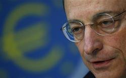 Mario Draghi, le président de la Banque centrale européenne. Selon la BCE, qui a maintenu inchangés les taux directeurs à des plus bas record, l'économie de la zone euro montre déjà des signes de stabilisation et se reprendra plus tard dans l'année. /Photo prise le 10 janvier 2013/REUTERS/Kai Pfaffenbach