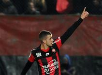 L'OGC Nice a levé jeudi l'option d'achat du milieu de terrain Valentin Eysseric, qui était prêté par Monaco depuis le début de la saison. Ni la durée du contrat ni le montant de l'indemnité de transfert n'ont été précisés. /Photo prise le 1er décembre 2012/REUTERS/Olivier Anrigo