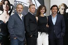 """La última entrega de la saga James Bond, """"Skyfall"""", obtuvo cinco nominaciones a los Oscar el jueves, las máximas logradas por una película del agente 007, pero volvió a quedarse fuera del galardón a mejor película, que ha eludido a la franquicia durante sus 50 años de historia. En la imagen de archivo, el director Sam Mendes y el reparto de Skyfall, de izquierda a derecha Daniel Craig, Berenice Marlohe y Javier Bardem posan en el estreno de la cinta en París, el 25 de octubre de 2012. REUTERS/Benoit Tessier"""