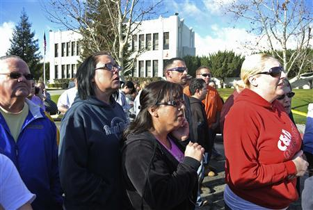 Concerned parents listen to Taft Police Chief Ed Whiting after a shooting at Taft Union High School in Taft, California January 10, 2013. REUTERS/Michael Long/The Taft Independent