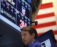 El índice S&P 500 de las acciones estadounidenses cerró el jueves en su máximo nivel en cinco años después de que un dato mejor a lo esperado sobre las exportaciones en China elevó el optimismo sobre los prospectos de crecimiento global. En la imagen, un operador en la bolsa de Nueva York, el 10 de enero de 2013. REUTERS/Brendan McDermid