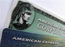 American Express dijo que recortará alrededor de 5.400 puestos de trabajo y tomará unos 600 millones de dólares en cargos después de impuestos en el cuarto trimestre, lo que barrería con la mitad de su ganancia neta en el periodo. En la imagen, un logo de American Express en Encinitas, California el 17 de octubre de 2011. REUTERS/Mike Blake