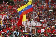 Los seguidores del convaleciente Hugo Chávez celebraban el jueves el inicio de su nuevo mandato presidencial en Venezuela, un festejo marcado por la ausencia del líder socialista que acrecienta las dudas sobre si podrá retomar el poder tras casi un mes de hospitalización en Cuba por el cáncer que padece. En la imagen, partidarios de Chávez en la multitudinaria muestra de apoyo al presidente en Caracas, el 10 de enero de 2013. REUTERS/Carlos García Rawlins