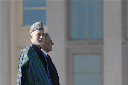 President of Afghanistan Hamid Karzai (L-R) and U.S. Defense Secretary Leon Panetta stand for a full honors welcome at the Pentagon in Arlington, Virginia, January 10, 2013. REUTERS/Jonathan Ernst (UNITED STATES - Tags: POLITICS MILITARY)
