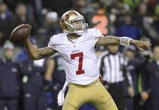San Francisco 49ers starting quarterback Colin Kaepernick sets up to throw a pass against the Seattle Seahawks during the first quarter of their NFL football game in Seattle, Washington, December 23, 2012. REUTERS/Robert Sorbo