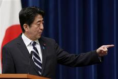 Le nouveau gouvernement japonais a entériné un plan de relance de l'économie de 10.300 milliards de yens (environ 87 milliards d'euros) et le Premier ministre, Shinzo Abe (photo), a appelé la Banque centrale du Japon à faire de l'emploi l'un des axes prioritaires de son mandat. /Photo prise le 11 janvier 2013/REUTERS/Issei Kato