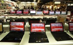 Les ventes mondiales d'ordinateurs personnels ont baissé pendant la période des fêtes pour la première fois depuis plus de cinq ans, selon le cabinet d'études IDC. Les tablettes et smartphones continuent de détourner le public des PC en dépit du lancement du nouveau système d'exploitation Windows 8 de Microsoft. /Photo d'archives/REUTERS/Eric Gaillard